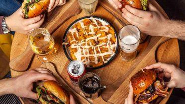 Si comes y bebes mucho, pierdes horas de vida