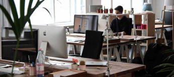 La crisis trae salarios más bajos porque la jornada laboral también se reduce y se trabajan menos horas extraordinarias
