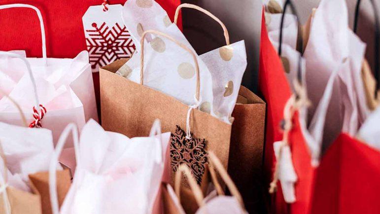 bolsas con regalos navideños
