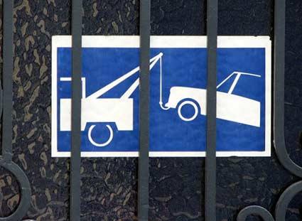 Cartel avisando prohibido aparcar, se llama grúa municipal.