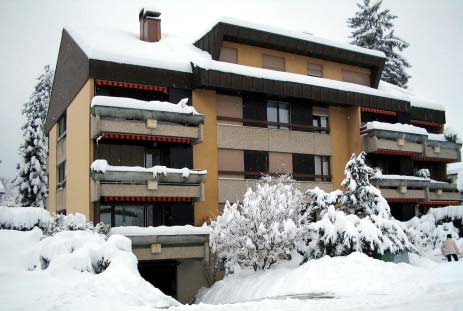 Edificio de viviendas cubierto por la nieve.