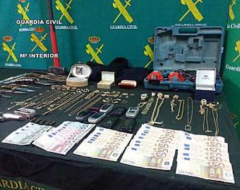 Intervención de la Guardia Civil de joyas robadas.