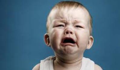 Un bebé llora.