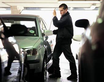 Robo de un coche, entre cuyos preferidos por los ladrones están los Seat León y Volkswagen Golf.