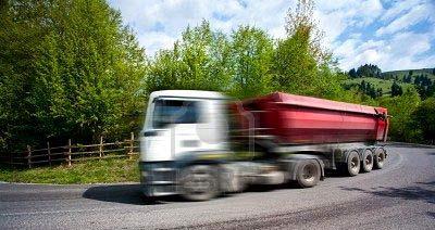 Un camión de transporte por la carretera.