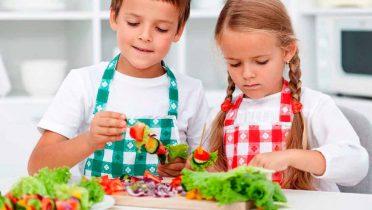 Los padres con estudios alimentan con menos grasas y azúcares a sus hijos