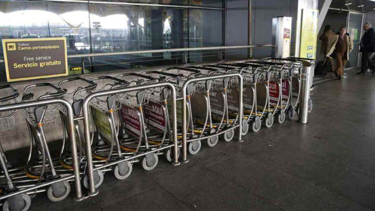 Los carritos para la maleta del aeropuerto, a euro