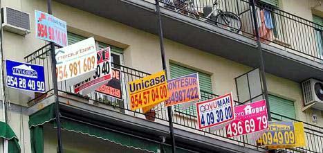 Carteles en viviendas de 'se vende' y 'se alquila'.