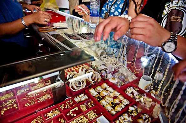 Muestras de la venta de marfil en Tailandia de los colmillos de los elefantes.