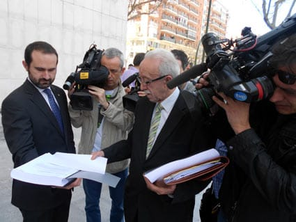 Manuel Pardos, en el centro, presentando la demanda civil de los afectados por las preferentes de Bankia.