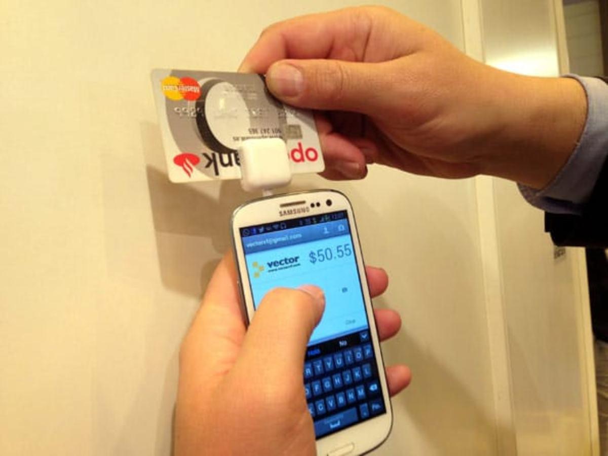 Pago con una tarjeta de crédito a través de un datáfono en un teléfono móvil.