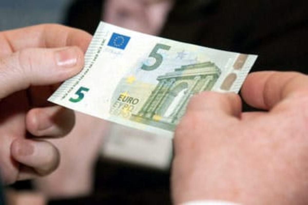 El nuevo billete de 5 euros, con el característico color verde esmeralda.