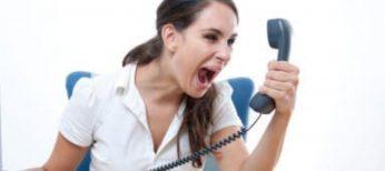 Los teléfonos de atención al cliente suelen tener prefijos de tarificación adicional para que nos cobren dinero por el tiempo que estemos hablando.