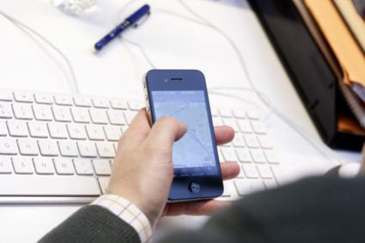 Un usuario maneja una app desde su iPhone.