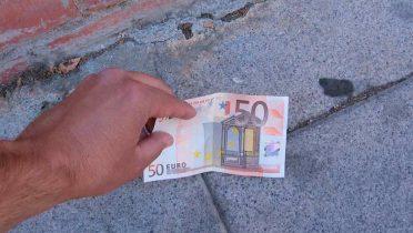 Con el timo del billete en el suelo robaban tarjetas de crédito a ancianos