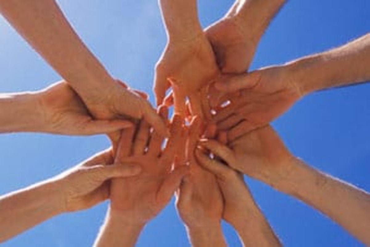 Unas manos se unen de forma solidaria.