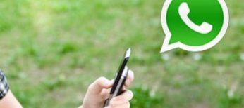 Un usuario se comunica por WhatsApp.