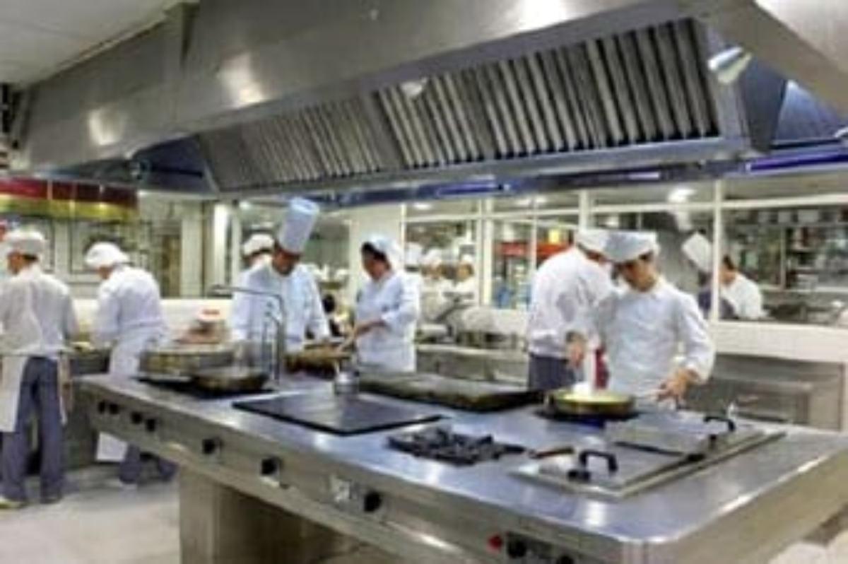 Cocina de un hotel con los trabajadores.