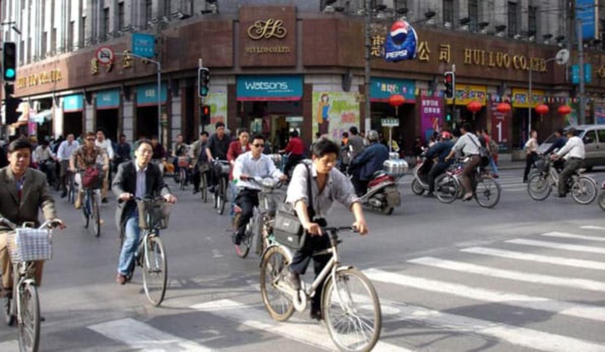 Ciudadanos se desplazan en bicicleta por la ciudad.