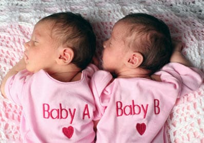Gemelos idénticos recién nacidos.