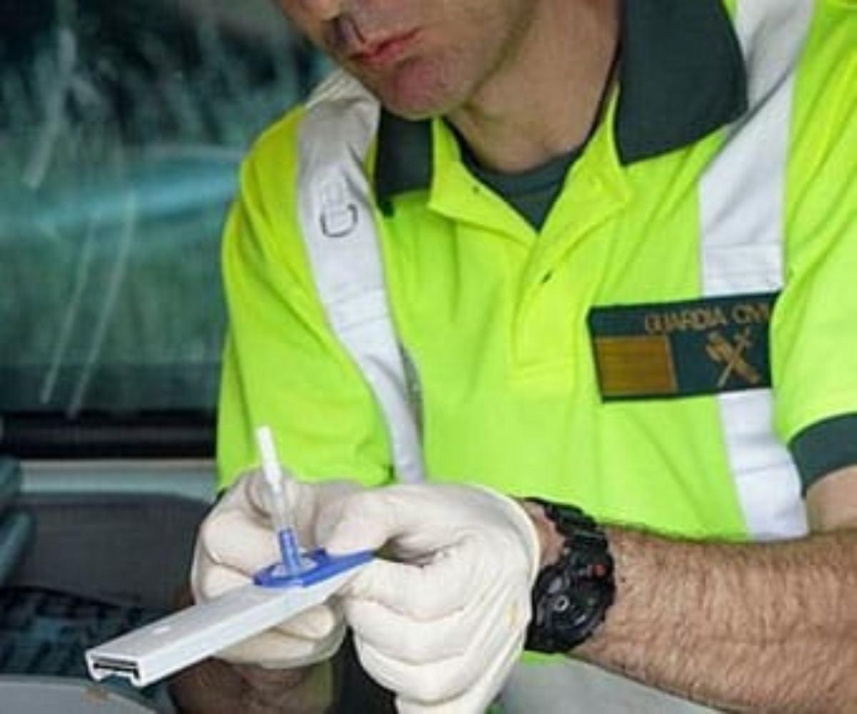 Test de drogas con saliva en conductores realizado por la Guardia Civil.