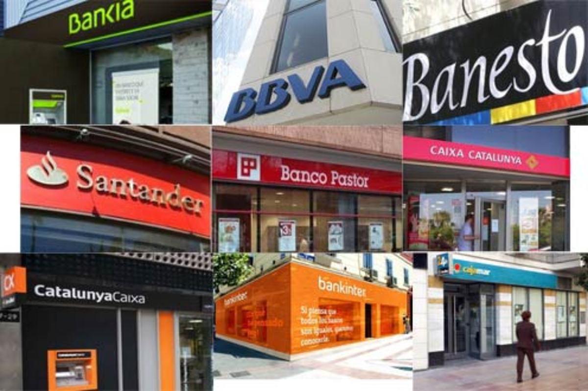 Detalles de carteles publicitarios de bancos y cajas en una misma calle.