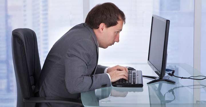Si trabajas frente a un ordenador, cuidado con la postura