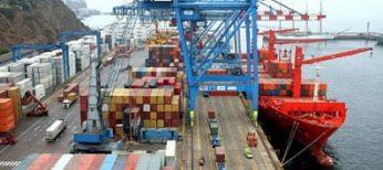 Contenedores en un puerto listos para exportar.