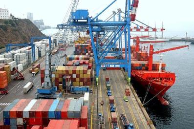 Containers en un puerto listos para exportar.
