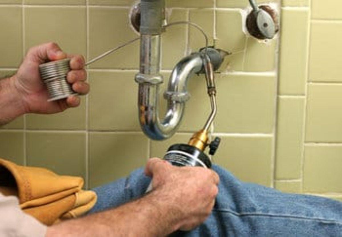 Es fácil saber cómo desatascar un desagüe sin tener que llamar a un fontanero.