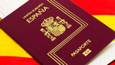Los 270.000 nuevos nacionalizados españoles empezarán a jurar la Constitución desde la próxima semana