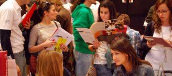 Estudiantes universitarios en una feria para elegir formación superior como Másters.