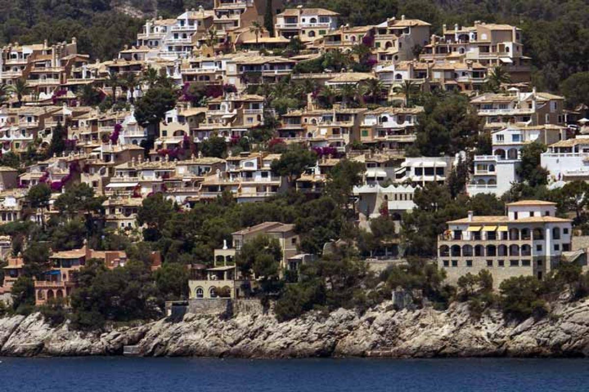 Construcciones de viviendas en la costa de Calvà, en Mallorca, donde se puede ver los estragos del ladrillo frente a la costa.