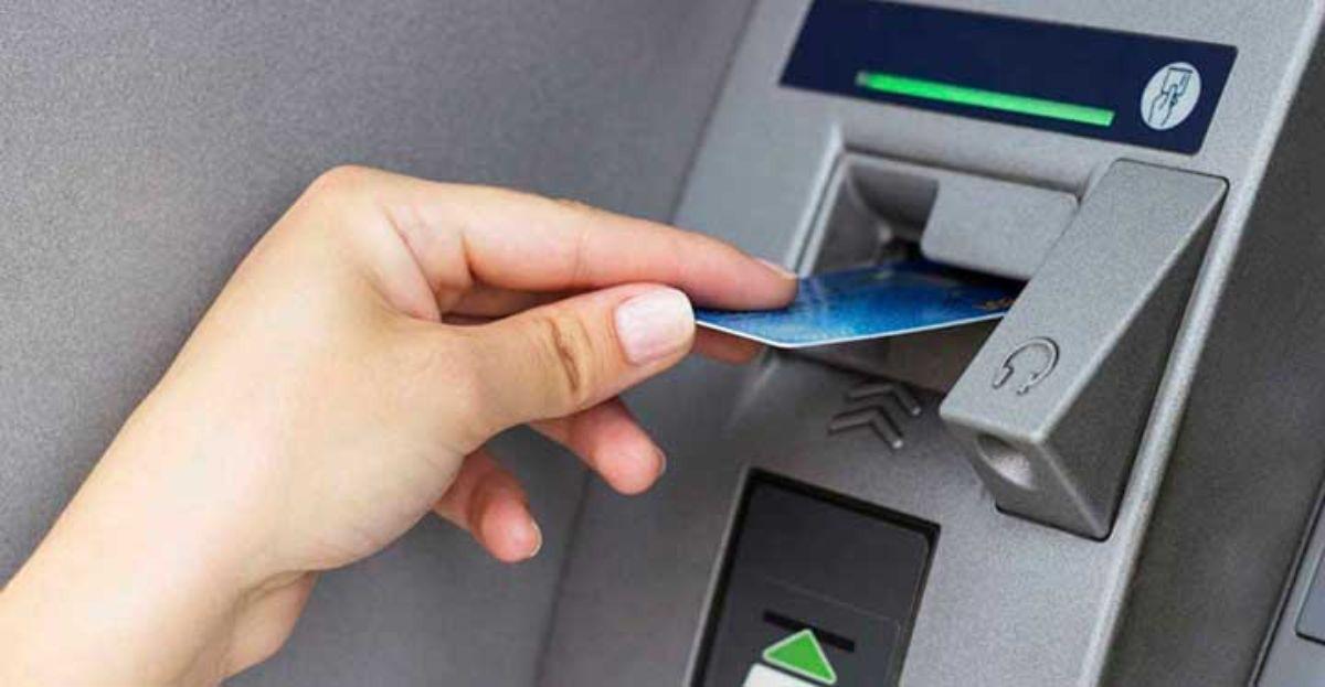 Por sacar dinero del cajero que no es nuestro cobran 1,20 euros como mínimo de comisión
