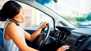 Anulan multa por conducir hablando por teléfono tras vulnerar la presunción de inocencia