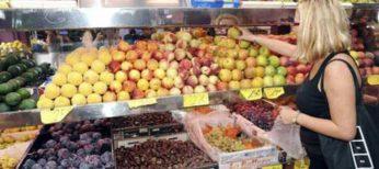 Una mujer compra en una frutería.