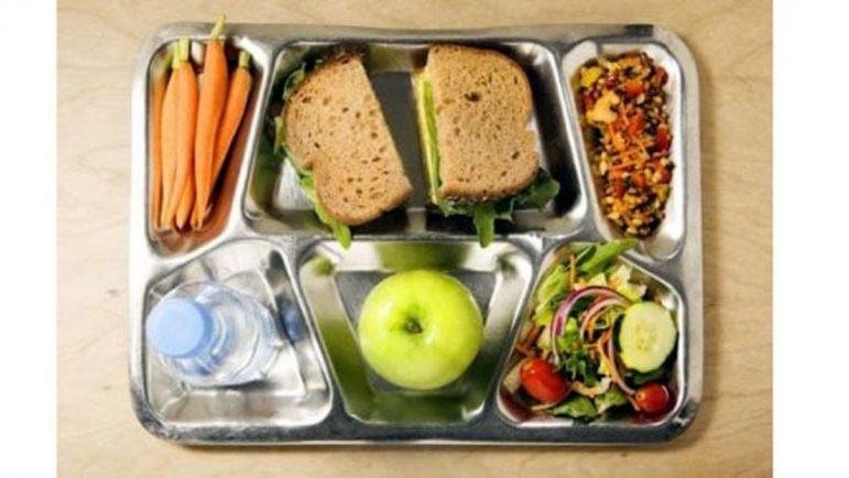 Bandeja con comida de un comedor escolar.