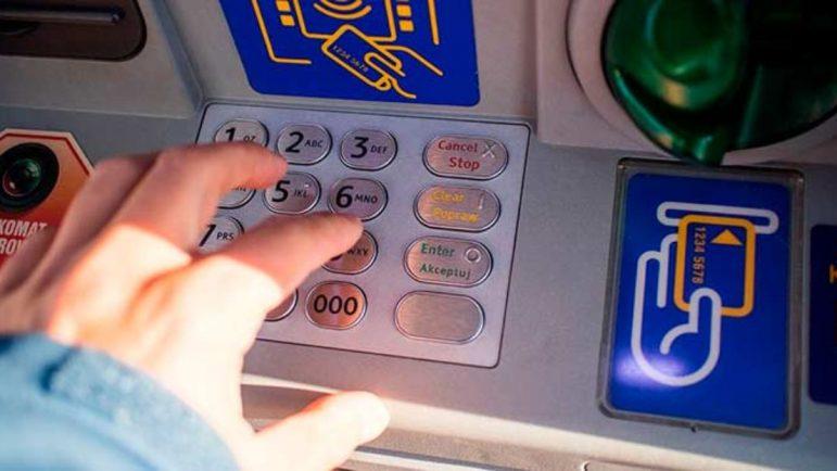 Cuidado si dicen que te van a pagar haciéndote un ingreso de dinero por el cajero con sobres