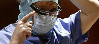 El doctor Pedro Guillen usa las Google Glass.