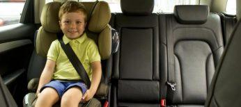 Un niño en la silla del coche perfectamente instalada.