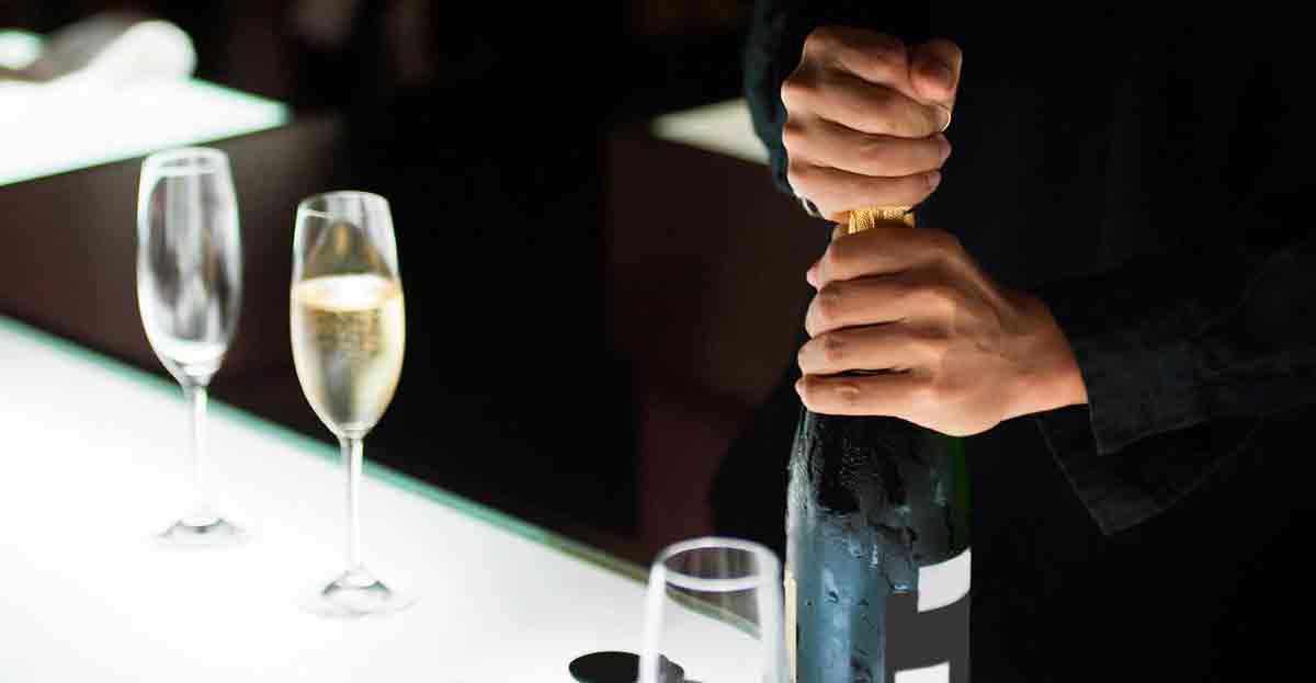 Cómo servir champán como un profesional esta Navidad