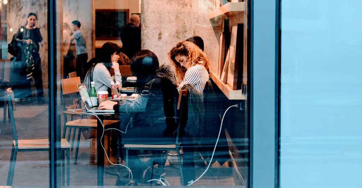 Teletrabajar desde cafeterías, tendencia laboral
