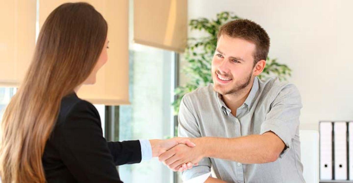 Una entrevista de trabajo con dos seleccionadores de recursos humanos y un candidato.