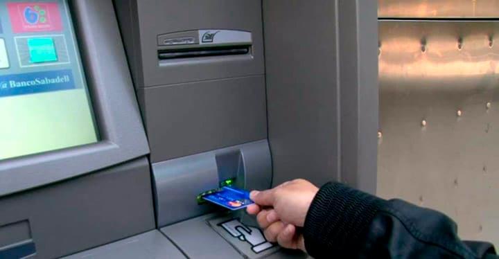 Las tarjetas de crédito y de débito, la forma de pago preferida después de pagar en efectivo con monedas y billetes-1