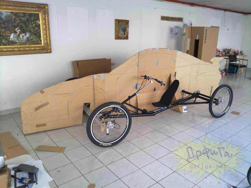 Estructura y cartón con la forma del coche