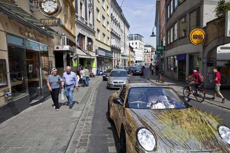 Porsche circulando por la calle