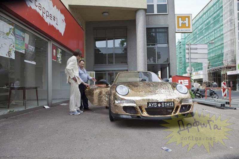 Porsche con matrícula aparcado en la calle