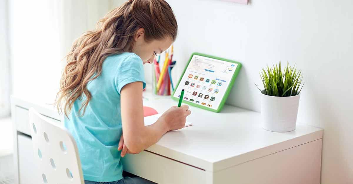 Niña estudiando en casa con una tablet y apps educativas