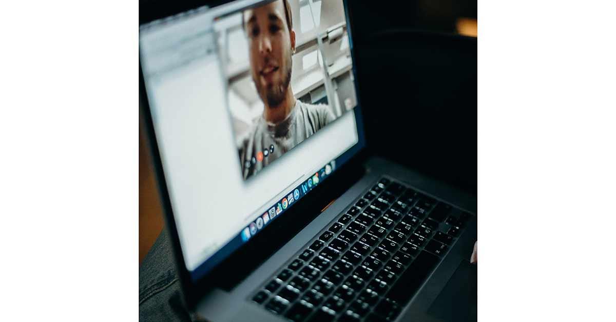 Videollamadas grupales desde el ordenador portátil para hablar con gente