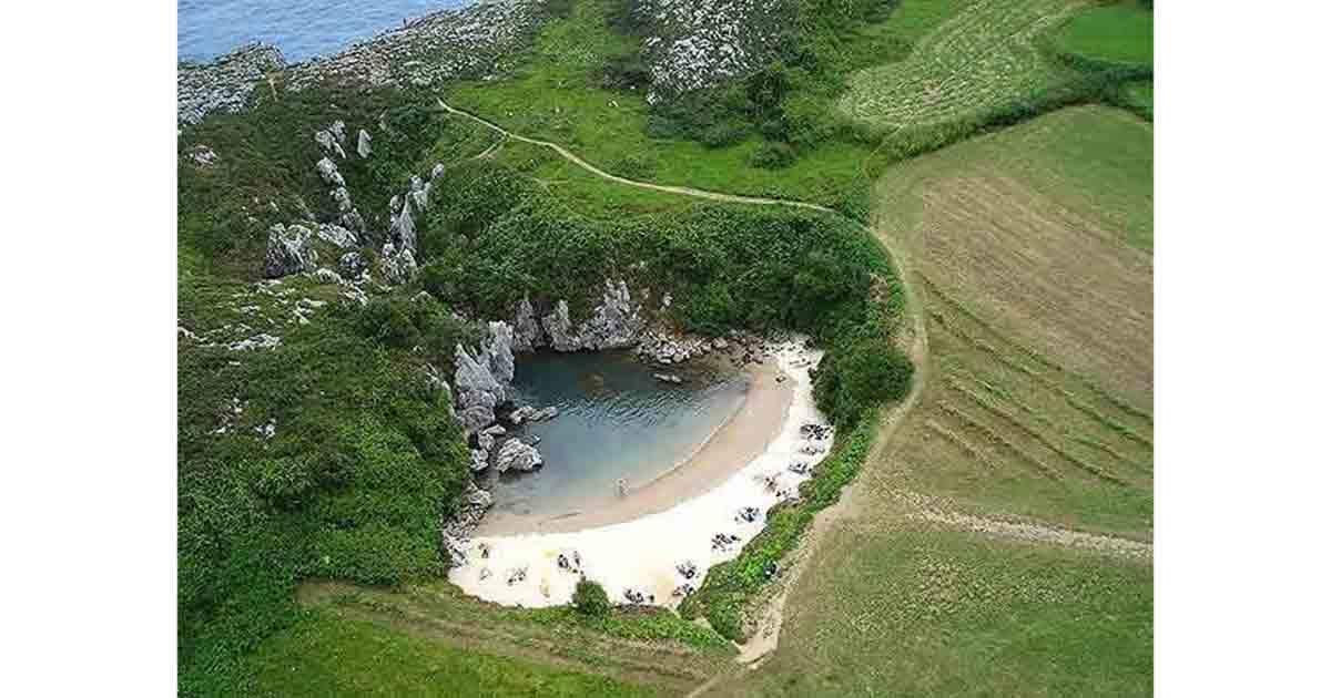Playa de Gulpiyuri, en Llanes, municipio de Asturias